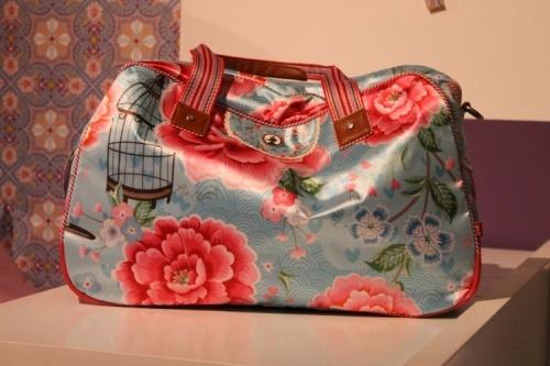 Lichtblauwe tas vol versieringen: een vogelkooitje, roze en blauwe bloemen. #tas #draagtas #Pipstudio #Decodomus