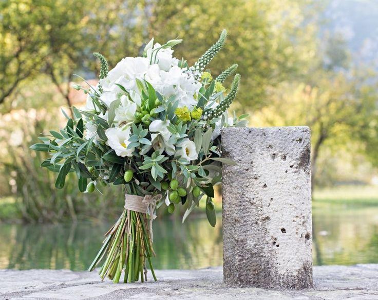 A ogni tipologia di nozze corrisponde il suo bouquet perfetto, se avete scelto lo stile rustico o campestre date un'occhiata alle nostre proposte per il mazzo da sposa!