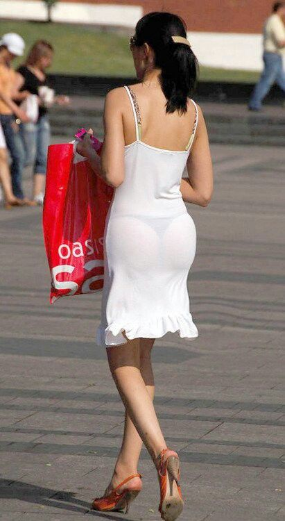 Vedere perizoma in abito bianco trasparente
