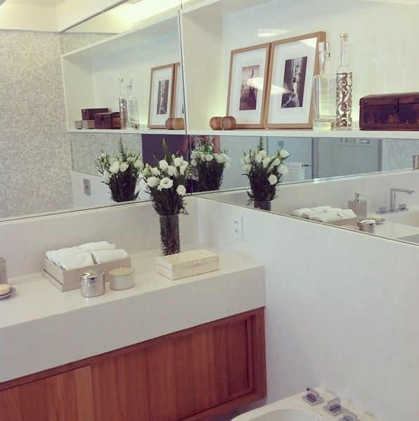 Banheiro com meia-parede revestida em mármore! {Projeto: Bezamat Arquitetura} #inspiração #interiores #banheiro #mármore #pastilha #espelho #branco #madeira #bezamatarquitetura #inspiration #interiordesign #bathroom