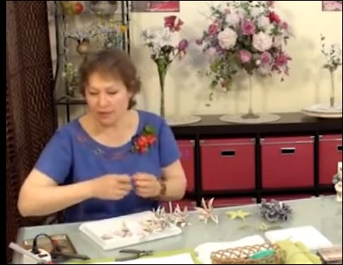 Цветы из кожи,МК Аллы Макаровой   http://www.youtube.com/watch?v=Pi82VjBMcqg
