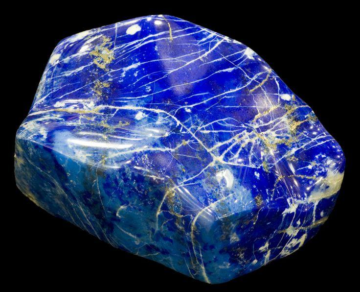 Denne uigennemsigtige dybe blå sten har en stor historie. Den var en af de første ædelstene der blev brugt som smykkesten.