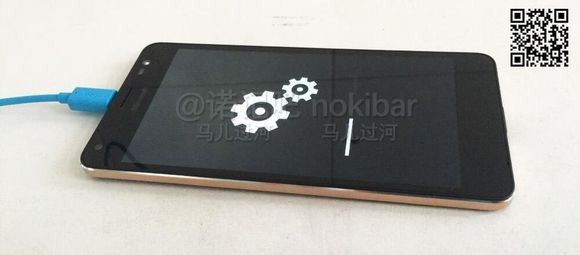Le Lumia 850 se dévoile mais restera un prototype de Microsoft ! Après les leaks du Microsoft Lumia 650 cest au tour du Lumia 850 de faire parler de lui mais malheureusement le dénouement de cette histoire ne sera pas aussi heureux puisque malgré les fuites en images de ce mobile celui-ci est et restera dans les prototypes de Microsoft.  Voici le Lumia 850 un prototype qui restera dans les labos de la firme.  Vous avez certainement découvert avec joie les nouveaux clichés du Lumia 850…