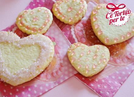 Oggi proponiamo dei dolci #biscottini da dedicare a qualcuno di speciale: Cuori di cocco.  Clicca e scopri la ricetta...