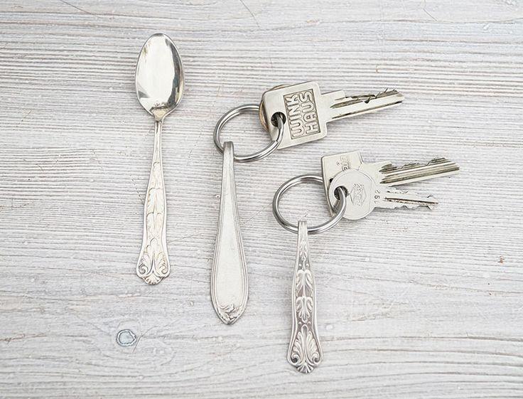 """Wie viele meiner Artgenossen* habe auch ich die wunderbaren Eigenschaften von Silberbesteck für mich entdeckt. Diese kleinen Kostbarkeiten lassen sich ausgezeichnet bearbeiten und formen und da ich aus irgendeinem seltsamen Grund derzeit völlig besessen von Schlüsselanhängern bin, habe ich mir gleich welche aus Löffeln gemacht. * Der """"Blogger creativum"""" ist ein seltenes Säugetier, das durch …"""