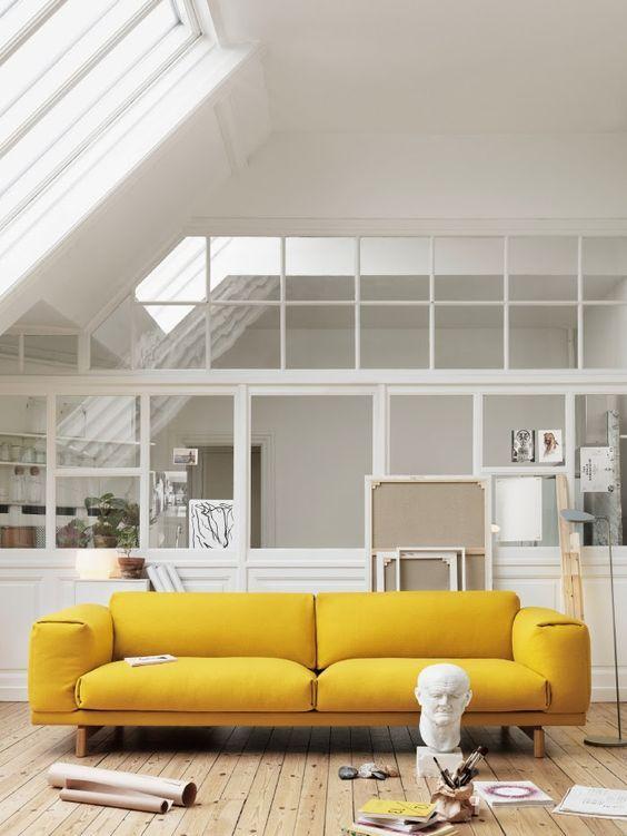 Amarillo - Si eres un fan declarado de este color y no le temes, puedes atreverte a colocar un sofá