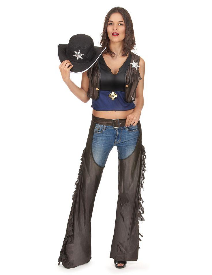 Disfraz de vaquera con perneras: Este disfraz de vaquera para mujer está compuesto por un top, unas perneras y un sombrero. La parte de arriba es negro y azul. Tiene cosido un falso chaleco con flecos, con una estrella de...