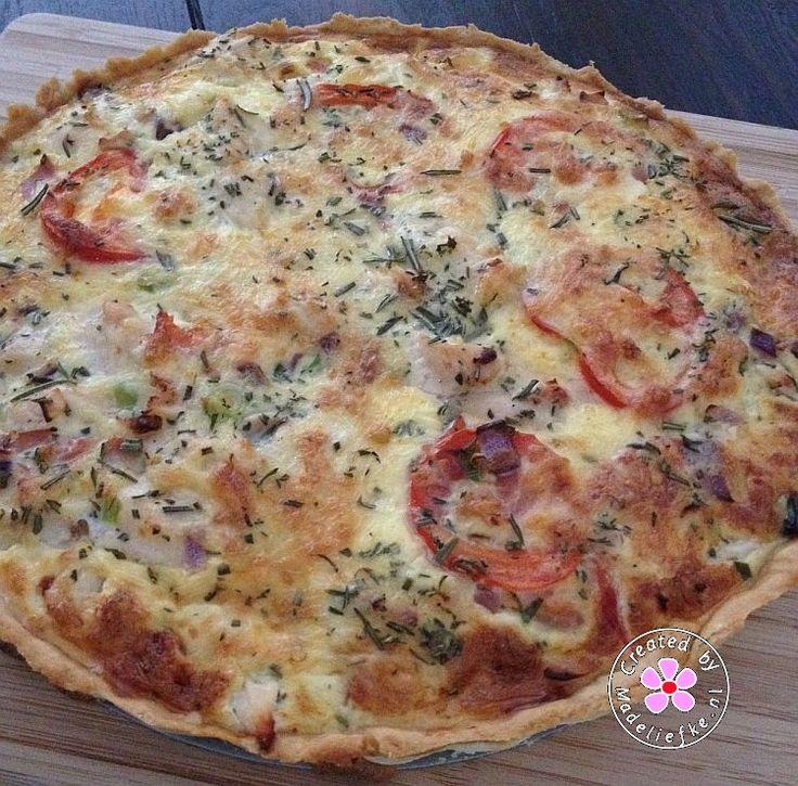 Kip-rozemarijn quiche. Kipfilet, panchetta, rode ui, knoflook, rozemarijn, tomaat, bosuitjes in vorm doen die bekleed is met quiche deeg. Soja room met ei en wat geraspte kaas mengsel erover en smullen maar.