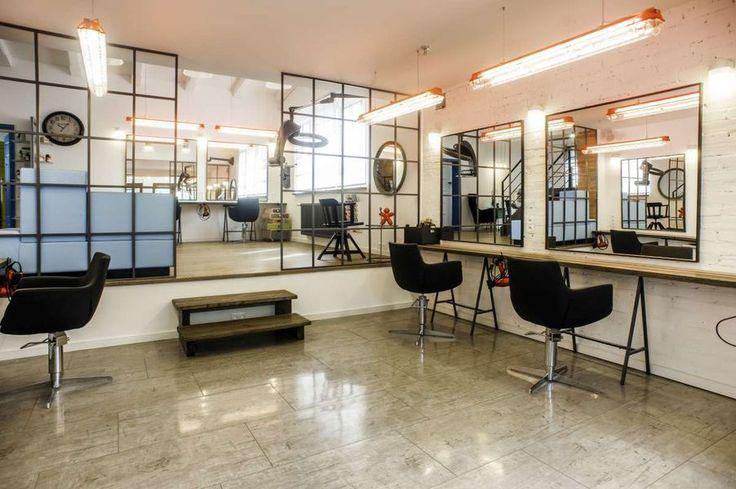 Światowe realizacje WINEO  Studio Sunflower, salon fryzjerski Toruń, Polska  Wnętrze loftowe salonu fryzjerskiego, tu na podłodze zastosowano panele winylowe Bacana Stars marki Wineo, imitujące porysowaną i rdzawą blachę.  Panele podłogowe  kolekcja - Bacana Stars  wzór/decor - Heavy Metal