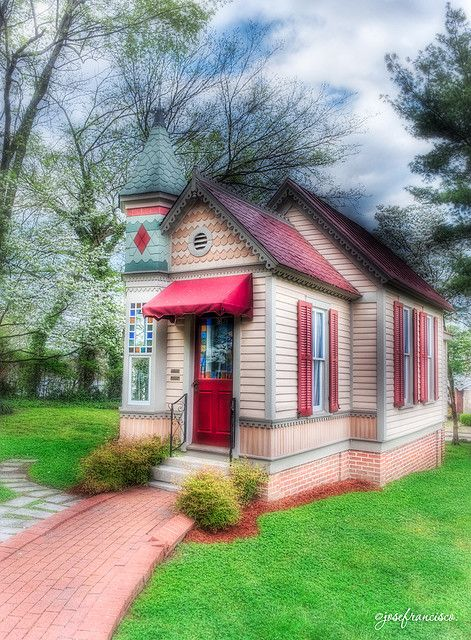 pinkcobweb:   very cute.  Same little house as below but what a difference.How cute! This is the Gingerbread Tea Party House behind the Woodruff-Fontaine House(see 2 posts previous).Forget the tea party I want to live here! photo by: Jose Francisco Salgado on Flickr,click photo for link.