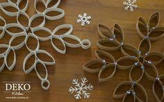 """Wer hätte gedacht dass man aus handelüblichen Küchenrollen wunderschöne, große Weihnachtssterne basteln kann! Die Sterne sehen sehr hübsch als Dekoration im Fenster aus oder zum Besipiel im Trio an der Wand. Du kannst die Sterne in der """"Rohfassung"""", also im Packpapierlook der Küchenrolle, verwenden oder sie mit Acrylfarbe bemalen und nach Belieben mit Pailletten oder ……"""
