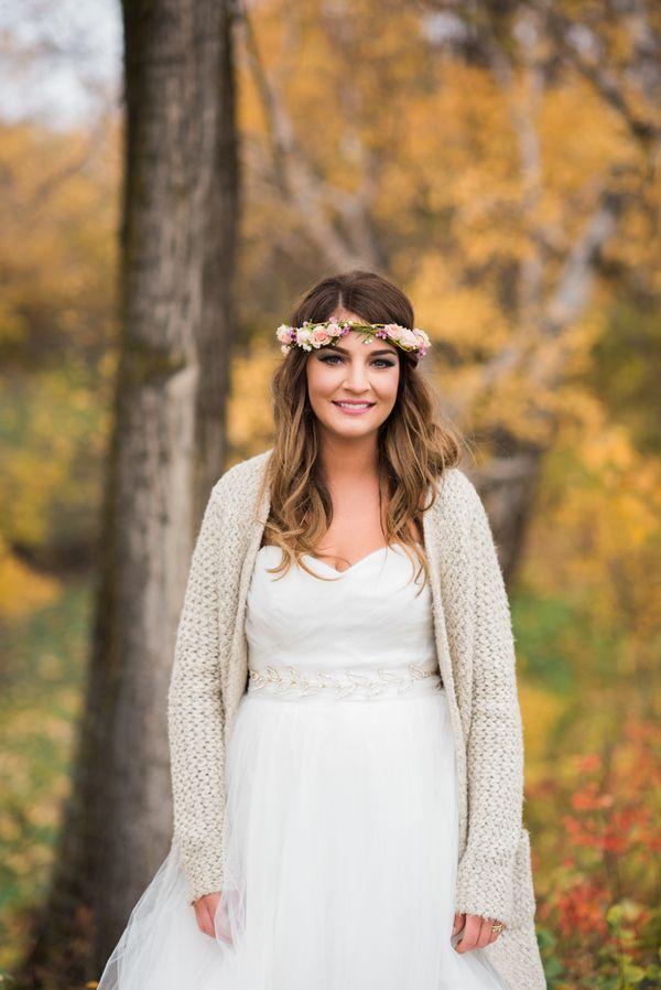Woll-Cardigan als Brautjacke   Mehr zu dieser Real Wedding auf http://www.hochzeitsplaza.de/real-weddings/rustikale-country-hochzeit-im-herbst-julia-und-matt    Raelene Schulmeister Photography  #hochzeit #realwedding #love #inspiration #inspo #schärpe #cardigan #braut #brautjacke #blumenkranz