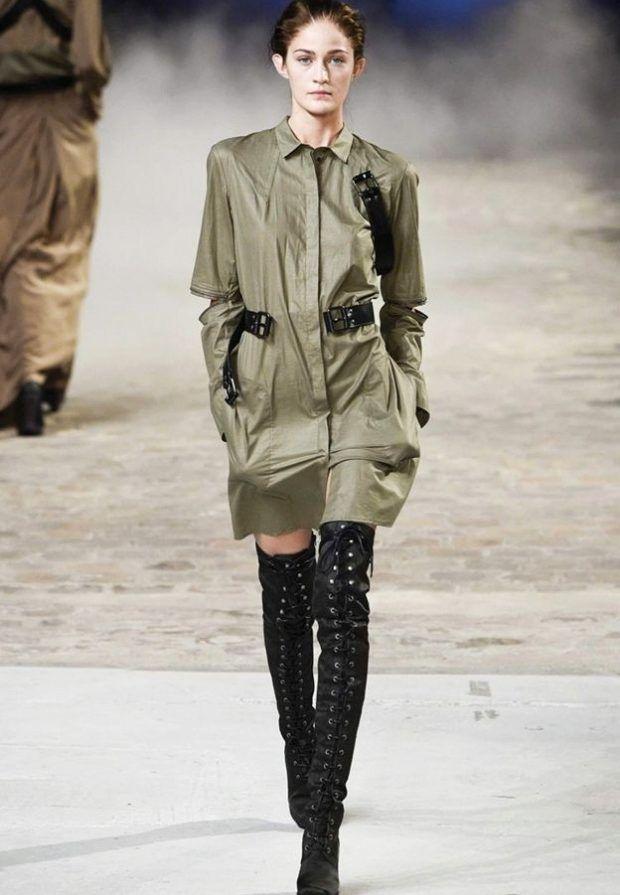 Короткое платье в стиле милитари с ботфортами