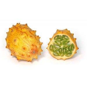 """KIWANO-ha la forma di un uovo allungato, come un grosso fico d'India. La buccia è dura, liscia e cosparsa di piccole """"corna"""". All'esterno di colorazione giallo vivo, o anche verdognolo bruno, contiene una polpa gelatinosa verde brillante cosparsa di piccoli semi commestibili.Il kiwano si consuma con il cucchiaino, dopo averlo tagliato in due parti. Il sapore è agrodolce, tra il lime e il frutto della passione. Questa frutta unica ha un sapore molto piacevole e rinfrescante."""