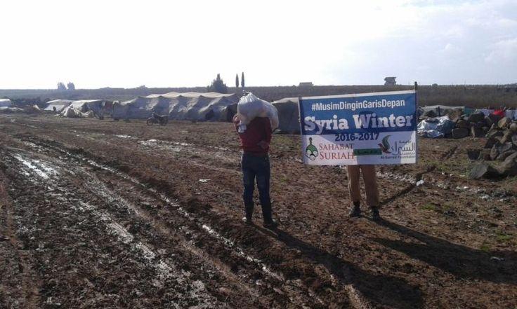 Alhamdulillah Amanah Anda Telah Diterima Keluarga Muslimin di Daraa Suriah  Foto: Sahabat Suriah | Sahabat Al-Aqsha  DARAA Jumat (Sahabat Suriah | Sahabat Al-Aqsha): Alhamdulillah titipan paket makanan pakaian selimut dan kayu bakar dari keluarga-keluarga Indonesia telah diterima keluarga-keluarga kita di Daraa Suriah akhir Desember 2016. Seperti diketahui Daraa adalah kota pertama di mana rezim Suriah membantai rakyat Muslimin pada Maret 2011 yang kemudian memicu kemarahan ke seluruh negeri…