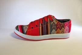 Mooie handgemaakte rode sneakers uit Peru.  Deze sneakers zijn in een beperkte oplage gemaakt voor Pachamama!  Een heerlijk zittende schoen helemaal volgens de trends van 2014.  Elk paar is uniek, bestel snel!  Tot en met maat 44 leverbaar.  Uit Cusco, Peru.