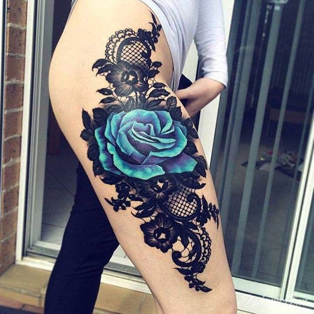 Róża na udzie autorstwa Ange Kenny
