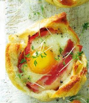 50 g boter  8 wit casinobrood  8 plakjes ontbijtspek  8 eieren (M)  1 bakje tuinkers of 1 bosui  + muffinvormblik    - oven voorverwarmen op 175  - boter smelten in pan/magnetron  - korsten afsnijden, sneetjes platrollen-->brood besmeren-->met beboterde kant naar onder in muffinvorm  - plakje spek rondom binnenkant muffinvorm  - in elk broodbakje 1 ei breken  - 18 min in midden v/d oven  - garneer met tuinkers/bosui en peper