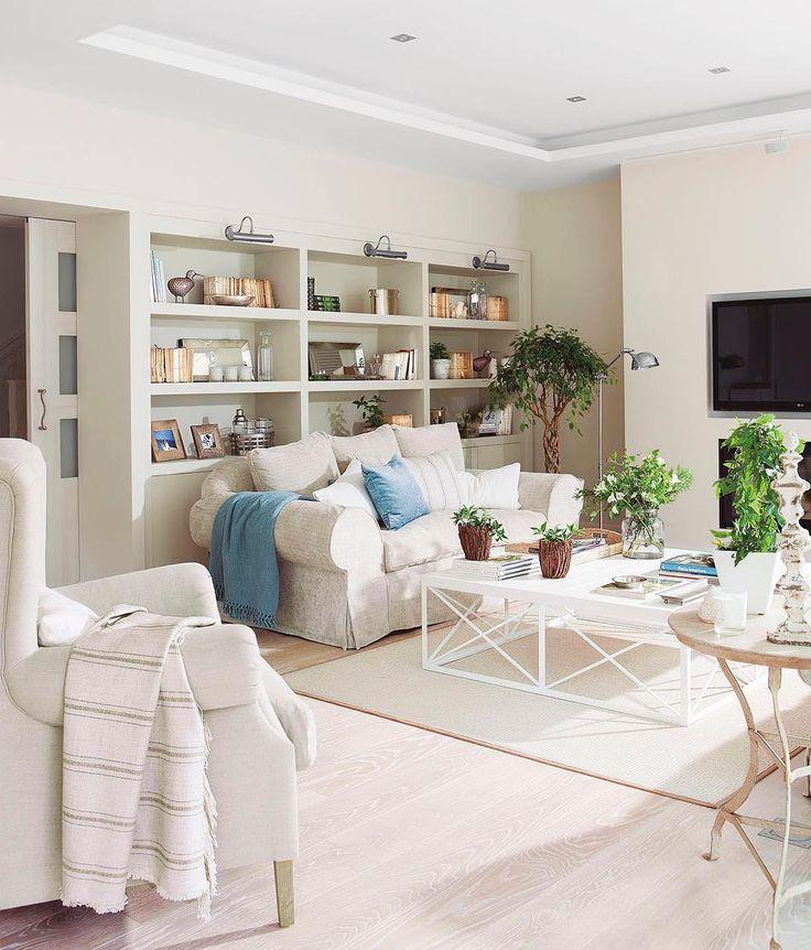 ¿Será así el cielo? ¿Tan blanquito y gustoso como esta casa? Lo mejor es que a además resulta super acogedora, gracias a los matices arena y gris suuuper claro de las paredes, al parquet de madera blanqueada y los textiles. Mírala toda en la web, y no te pierdas su salón exterior, ¡eso si es celestial! (link en la bio)  #elmueble #casa #house #home #blanco #white #luz #luminosa #salon #livingroom #libreria #bookcase