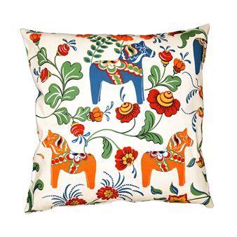 Sätt färg på ditt vardagsrum med Dalahäst kuddfodral från svenska Arvidssons Textil, designat av Carola Bengtsson-Malmström. Kuddfodralet är tillverkat i bomull av hög kvalité med ett mönster som mixar klassisk kurbits med dalahästar. Kuddfodralet blir en härlig färgklick i soffan och ger ett både varmt och hemtrevlig intryck! Välj mellan olika färger.