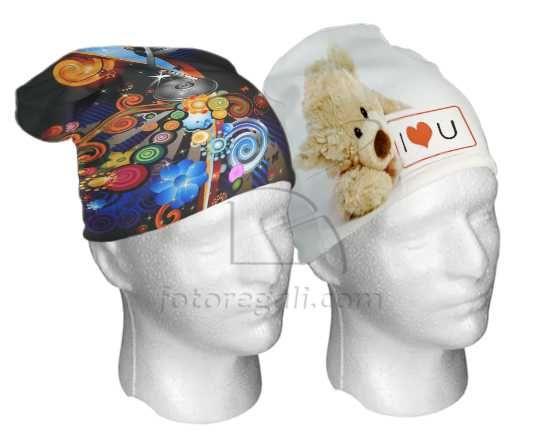 Cappello in Pile in due dimensioni da stampare fronte/retro con le tue foto. Scopri ora questo accessorio originale dall'uso quotidiano!