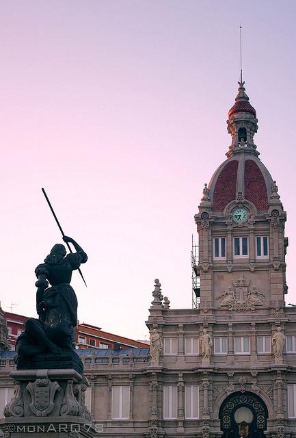 Atardecer en la Plaza de María Pita (A Coruña).  Haz tu reserva: http://www.espanol.marriott.com/hotels/travel/lcgco-ac-hotel-a-coruna/