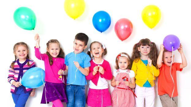 Feste per bambini: come realizzare una spada di palloncino per gli invitati
