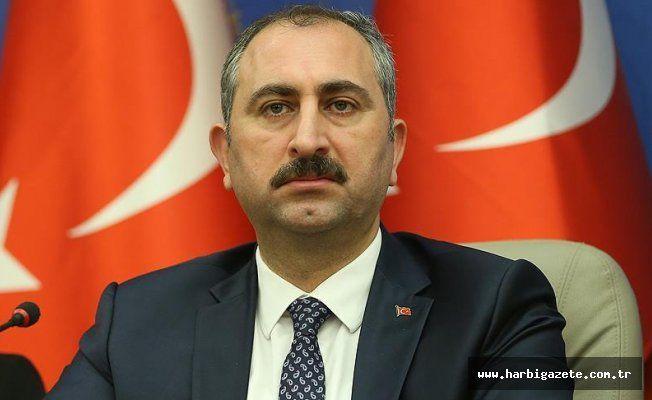 """Ankara'da gazilere saldıran 3 şüpheliye ilave soruşturma izni Adalet Bakanı Gül, Ankara'da gazilere saldıran 3 şüpheli hakkında mevcut soruşturmaya ilaveten, """"Türk milletini, devletin askerini ve emniyet teşkilatını alenen aşağılama"""" suçundan soruşturma açılmasına izin verdi."""