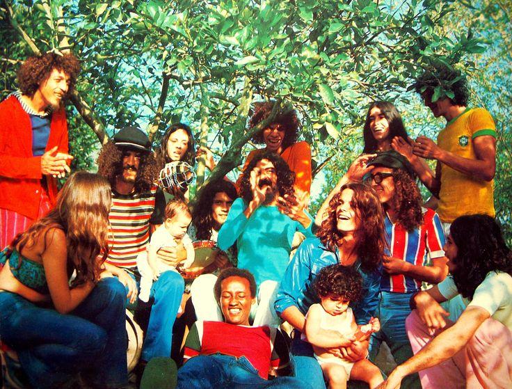 Os Novos Baianos, grupo formado em 1969 por Moraes Moreira (compositor, vocal e violão), Baby Consuelo (vocal), Pepeu Gomes (guitarra), Paulinho Boca de Cantor (vocal), Dadi (baixo) e Luiz Galvão (letras), entre outros.