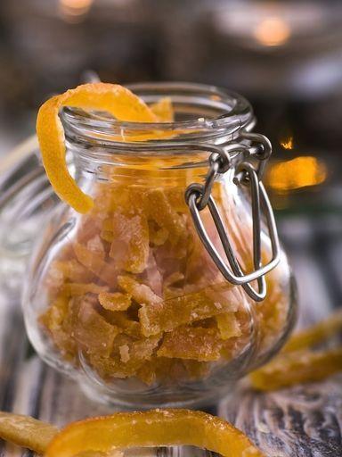 Ecorces d'oranges confites : Recette d'Ecorces d'oranges confites - Marmiton  Mettre dans de l'eau froide, faire bouillir quelques minutes, renouveler 3 fois. Bien meilleur qu'à l'autocuiseur