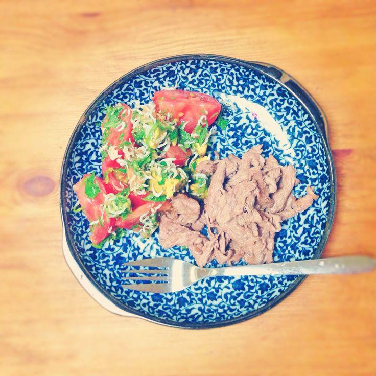 Lowcarb dinner  牛肉のソテー トマトと大葉のサラダ  トマトは、大葉とごま油と塩で和えただけ。 でも、チョーうまい!