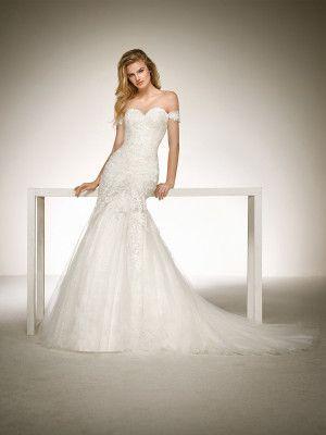Mermaid wedding dress with lace appliqués. DONA | Pronovias 2018 Collection | Pronovias