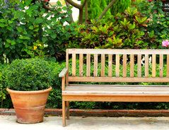 Gartenmöbel, wie beispielsweise eine Holzbank, werden aus verschiedenen Hölzern angeboten. Dazu gehören einheimische Hölzer wie Kiefer, Fichte oder...