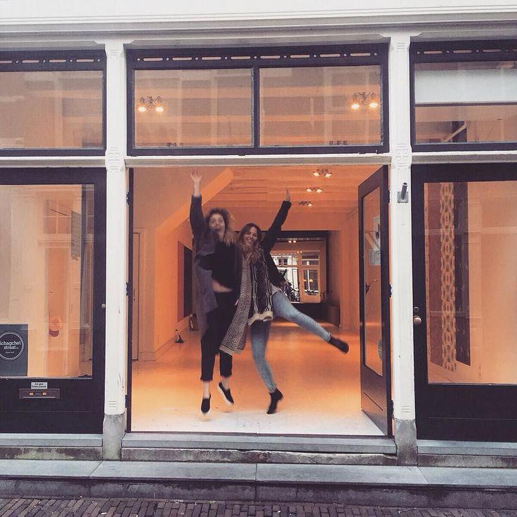 Deze twee enthousiaste meiden openen zaterdag ONS. Een shop met kleding van Karel en Kees én kapper in één. #schagchelstraat #ons #shop #new #haarlem #haarlemcityblog