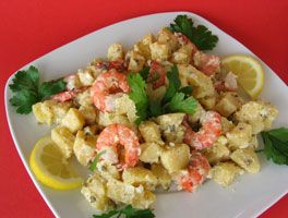 SOSCuisine - Salade de pommes de terre, oeufs et crevettes : Pommes de terre, crevettes et oeufs durs dans une vinaigrette aux câpres et mayonnaise.