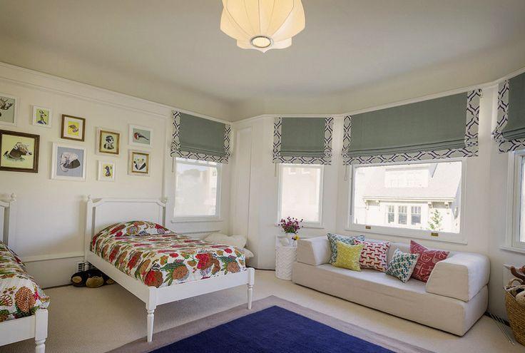 Большая спальня с серыми шторами