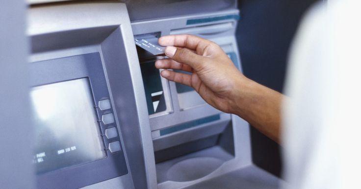 Cómo sacar dinero de un cajero automático. Cómo sacar dinero de un cajero automático. Un ATM (por sus siglas en ingles) o cajero automático ha cambiado la forma en que usamos los bancos. Antes de los cajeros automáticos, los clientes estaban obligados a utilizar el banco durante el horario bancario y esperar para hablar con un cajero para retirar dinero de una cuenta. Los cajeros ...
