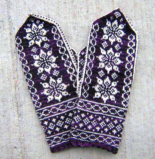 Ravelry: Lotus Mittens pattern by Heather Desserud (free pattern)