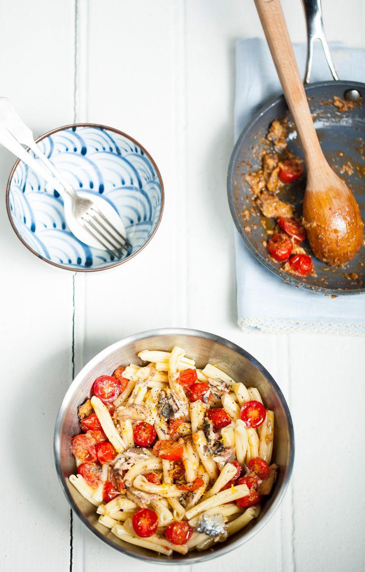 Macarrão com sardinha e limão |  #ReceitaPanelinha: Perfumado, este macarrão é delicioso e bem prático. E vai do almoço de segunda-feira ao sábado preguiçoso na praia.