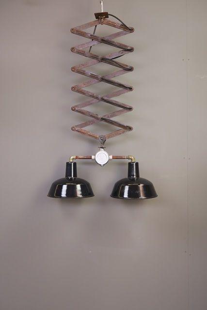 Prachtige schaarlamp met twee zwart emaillen kappen van elk 26 cm diameter. De schaar kan uitgerekt worden tot ruim twee meter!