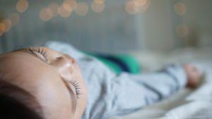 Was bei Kindern für einen guten Schlaf zu beachten ist und wie gross und weich eine Matratze fürs Kinderbett sein soll, erklärt Schlafexperte Reto Ruckstuhl von der Leinenweberei in Chur