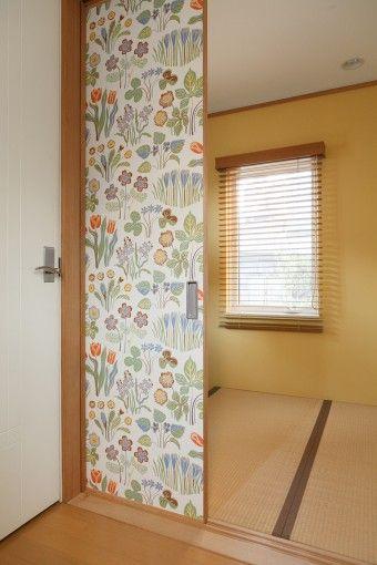 玄関を入ったところにある3畳の和室。来客時には寝室にもなるが、ふだんは建具を開け放ち広々と使っている。