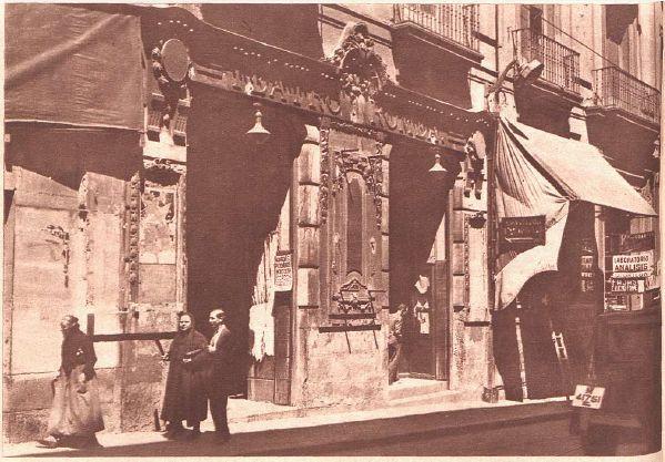 Antiguos cafés de Madrid y otras cosas de la Villa.Fuente: B.N.E. (1935)  Fachada del Teatro Romea poco antes de su demolición.
