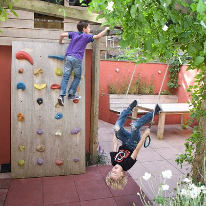 Climbing and swinging ideas in the garden: climbing wall and monkey swing.