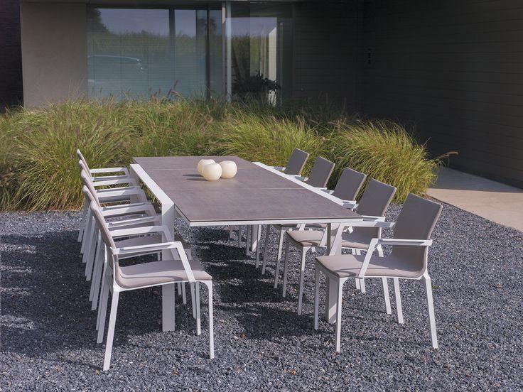 Parfaite pour recevoir toute la famille, la table #Carlo de #Vandecasteele accueille jusqu'à 12 personnes.