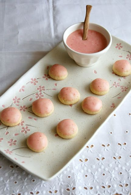 Technicolor Kitchen - English version: Vanilla cookie buttons with strawberry icing and being tricked by my memory