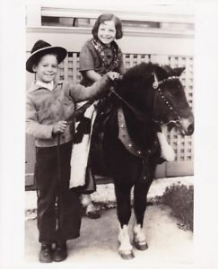 CLINT-WALKER-Age-8-amp-Twin-Sister-RARE-Candid-Vintage-Warner-Bros-CHEYENNE-Photo