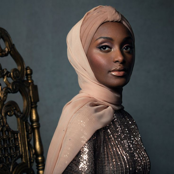 Dream higher in the Rose Gold Aurora hijab. Hand-sewn Swarovski crystals add subtle sparkle to buttery-soft silk chiffon, with a turban-inspired caplette to strike the perfect balance of understat...