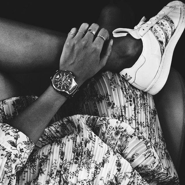 Baskets blanches + montre masculine + robe fleurie plissée = le bon mix