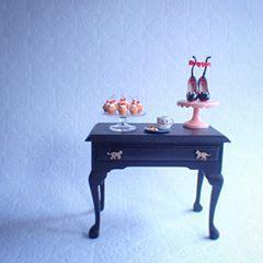ミニチュア机の引き出しに猫の取っ手をつけてみました。 #miniature #miniatureshoes #ミニチュア #ミニチュア靴 #ケーキスタンド #カップケーキ #食器 #つくえ #ミニチュア家具 #机 #テーブル #猫 #ネコ #ねこ #ねこ部 #ハンドメイド #ハンドメイド雑貨 #manonminiature